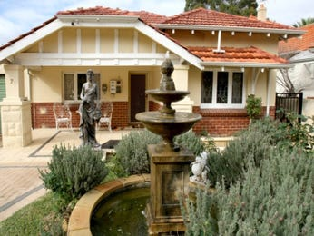 Brick californian bungalow house exterior with porch & sculpture - House Facade photo 522917