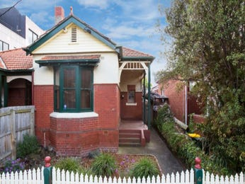Brick edwardian house exterior with bay windows & hedging - House Facade photo 527053