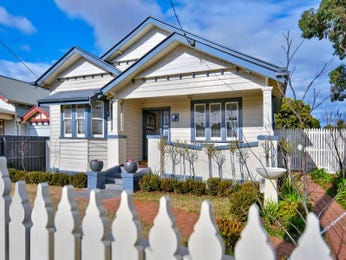 Weatherboard californian bungalow house exterior with picket fence & hedging - House Facade photo 523029