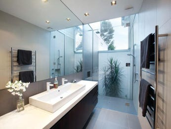 Modern bathroom design with floor-to-ceiling windows using frameless glass - Bathroom Photo 526369