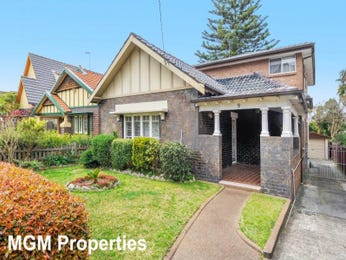 Brick californian bungalow house exterior with portico & hedging - House Facade photo 526833