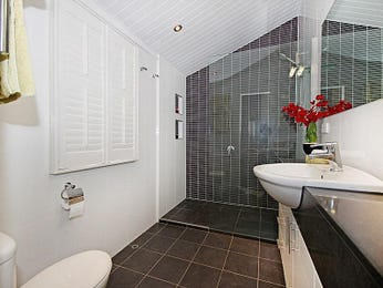 Modern bathroom design with louvre windows using frameless glass - Bathroom Photo 526325