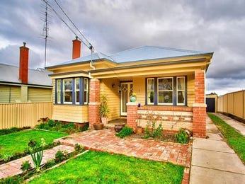 Brick californian bungalow house exterior with bay windows & landscaped garden - House Facade photo 523049