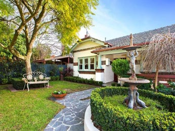 Brick californian bungalow house exterior with porch & hedging - House Facade photo 523021