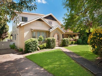 Weatherboard californian bungalow house exterior with porch & hedging - House Facade photo 526909