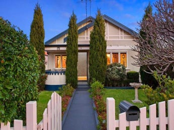 Rendered brick californian bungalow house exterior with picket fence & landscaped garden - House Facade photo 523077