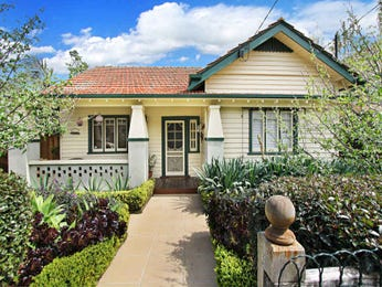 Weatherboard californian bungalow house exterior with bi-fold windows & landscaped garden - House Facade photo 526925