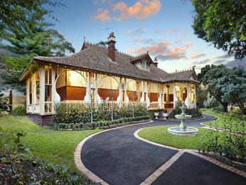 Timber queen anne house exterior with verandah & landscaped garden - House Facade photo 522673