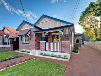 Brick californian bungalow house exterior with balustrades & landscaped garden - House Facade photo 526845