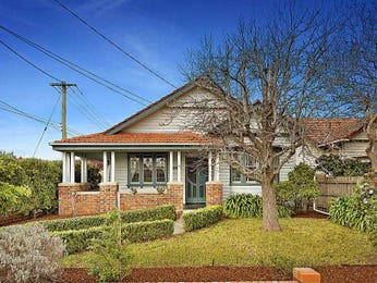 Weatherboard californian bungalow house exterior with porch & hedging - House Facade photo 527025