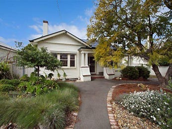 Weatherboard californian bungalow house exterior with porch & landscaped garden - House Facade photo 526917