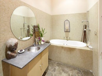 Period bathroom design with recessed bath using polished concrete - Bathroom Photo 524789
