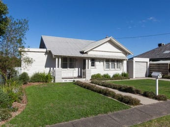 Corrugated iron californian bungalow house exterior with balustrades & hedging - House Facade photo 522901