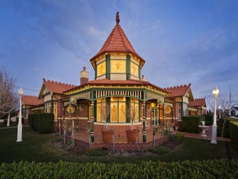 Brick queen anne house exterior with bay windows & feature lighting - House Facade photo 522753