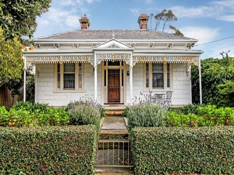 Weatherboard victorian house exterior with hedged fence for Country cottage homes designs australia