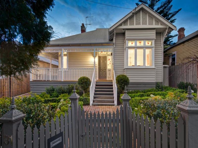 Weatherboard edwardian house exterior with balustrades for Exterior paint ideas australia