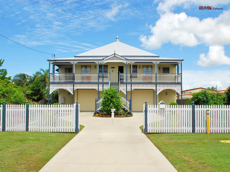 Photo of a weatherboard house exterior from real for Queenslander exterior colour schemes
