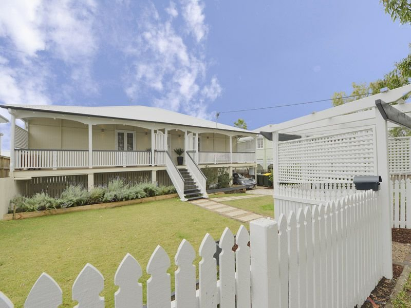 Weatherboard queenslander house exterior with picket fence for Queenslander exterior colour schemes