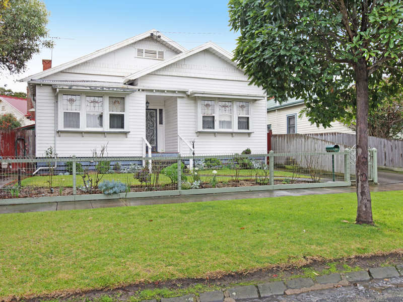 Exterior wall art ideas - Weatherboard Californian Bungalow House Exterior With Sash Windows