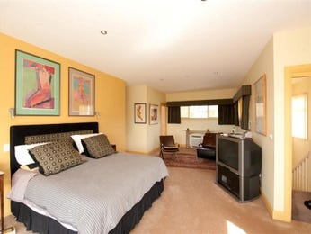Retro bedroom design idea with carpet & built-in desk using beige colours - Bedroom photo 449501