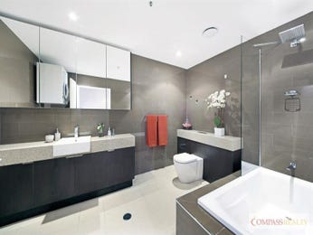 Modern bathroom design with corner bath using frameless glass - Bathroom Photo 16035125