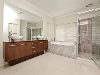 Modern bathroom design with recessed bath using frameless glass - Bathroom Photo 995741