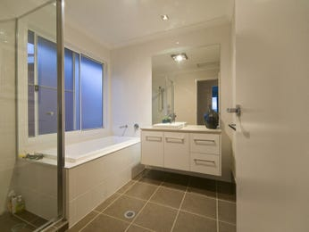 Modern bathroom design with bi-fold windows using ceramic - Bathroom Photo 154385