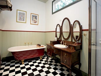 Classic bathroom design with claw foot bath using tiles - Bathroom Photo 490212