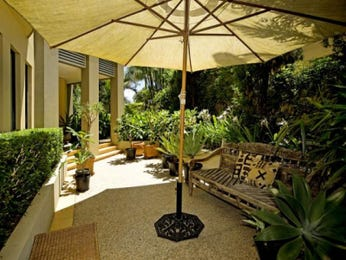 Indoor-outdoor outdoor living design with verandah & shade sail using grass - Outdoor Living Photo 453136