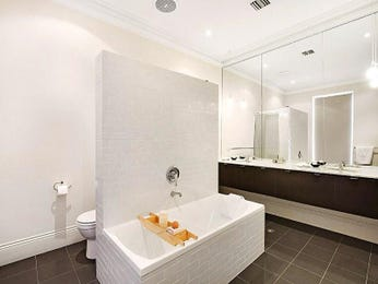 Classic bathroom design with built-in shelving using glass - Bathroom Photo 157870