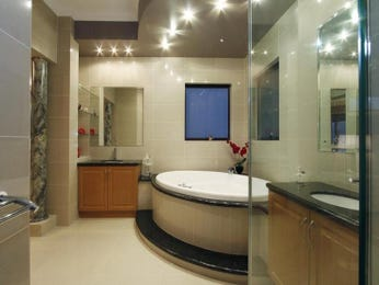 Modern bathroom design with spa bath using frameless glass - Bathroom Photo 8705721