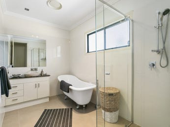 Classic bathroom design with corner bath using frameless glass - Bathroom Photo 17049013