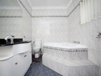 Modern bathroom design with corner bath using ceramic - Bathroom Photo 388596