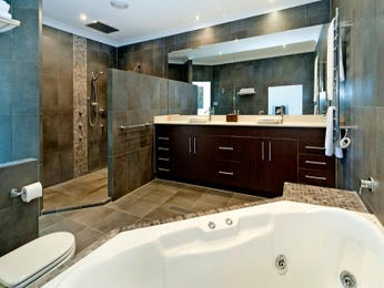 Modern bathroom design with corner bath using ceramic - Bathroom Photo 214893