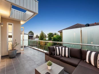 Outdoor living design with glass balustrade from a real Australian home - Outdoor Living photo 15370741