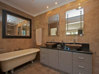 Modern bathroom design with claw foot bath using ceramic - Bathroom Photo 221350