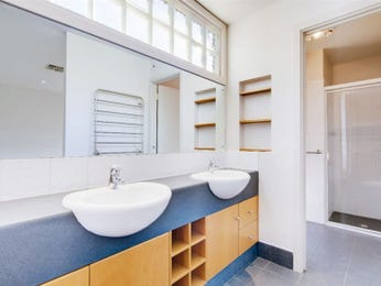 Modern bathroom design with twin basins using wood panelling - Bathroom Photo 7521033