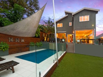 Geometric pool design using grass with decking & outdoor furniture setting - Pool photo 1075094