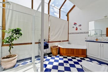Glass in a bathroom design from an Australian home - Bathroom Photo 988776