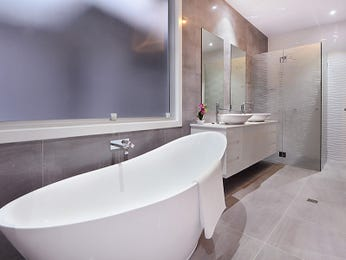 Modern bathroom design with freestanding bath using frameless glass - Bathroom Photo 14898917