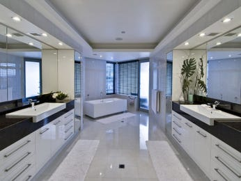 Modern bathroom design with spa bath using frameless glass - Bathroom Photo 286554
