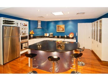 Modern island kitchen design using hardwood - Kitchen Photo 1000912