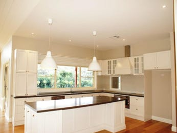 Classic island kitchen design using floorboards - Kitchen Photo 1095737