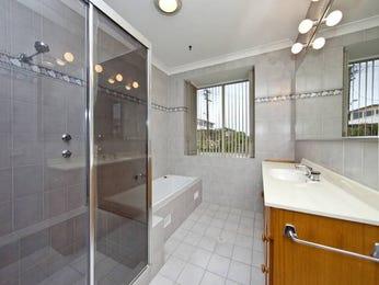 Modern bathroom design with louvre windows using ceramic - Bathroom Photo 405371