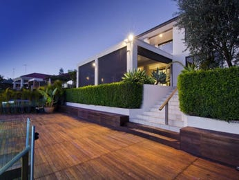 Indoor-outdoor outdoor living design with deck & hedging using timber - Outdoor Living Photo 700825