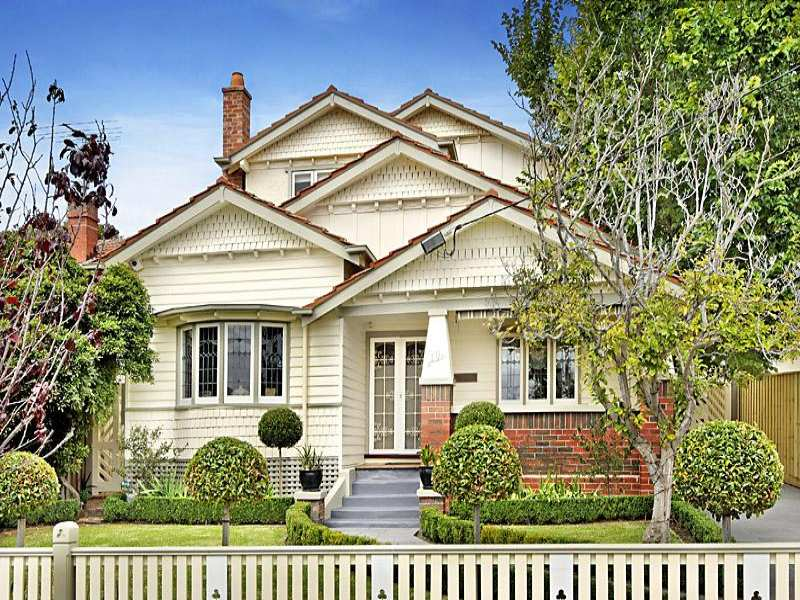 californian bungalow house exterior with bay windows hedging