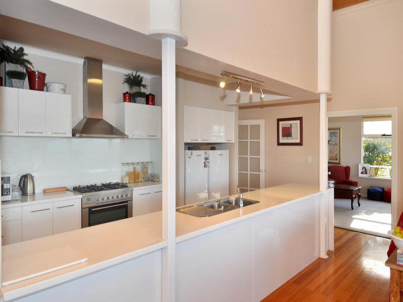 Modern single-line kitchen design using floorboards - Kitchen Photo 463405