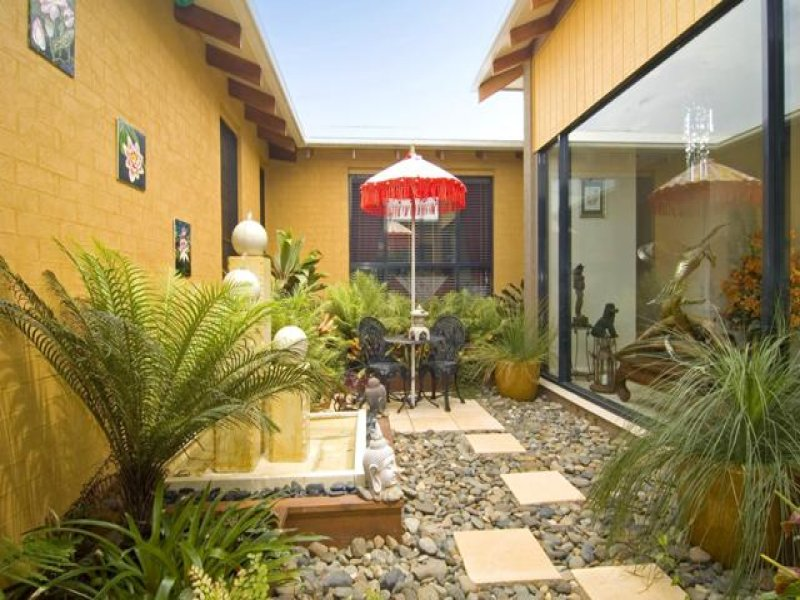 Low maintenance garden design using pavers with retaining for Low maintenance tropical garden