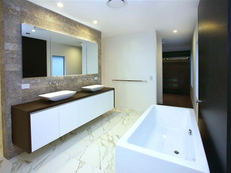 Modern Bathroom Design With Claw Foot Bath Using Ceramic