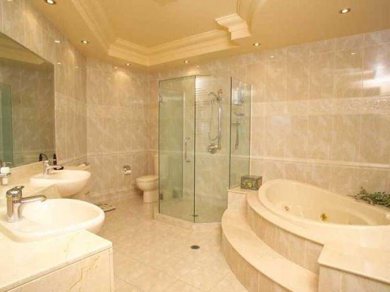 Period bathroom design with corner bath using ceramic for Bathroom designs with corner bath